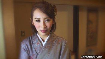 किमोनो में जापानी अप्सरा आया किसाकी खुद हस्तमैथुन करने के लिए तैयार है.