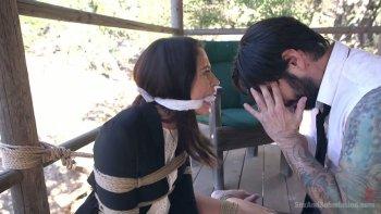 विनम्र बंधन हुकर लिली लेन को एक उचित डीप गले कंठ देना होता है.