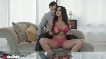 सींग का आदमी अपने सेक्सी बड़े छाती वाले GF को यह पता लगाने में मदद करता है कि उसे क्या पसंद है.